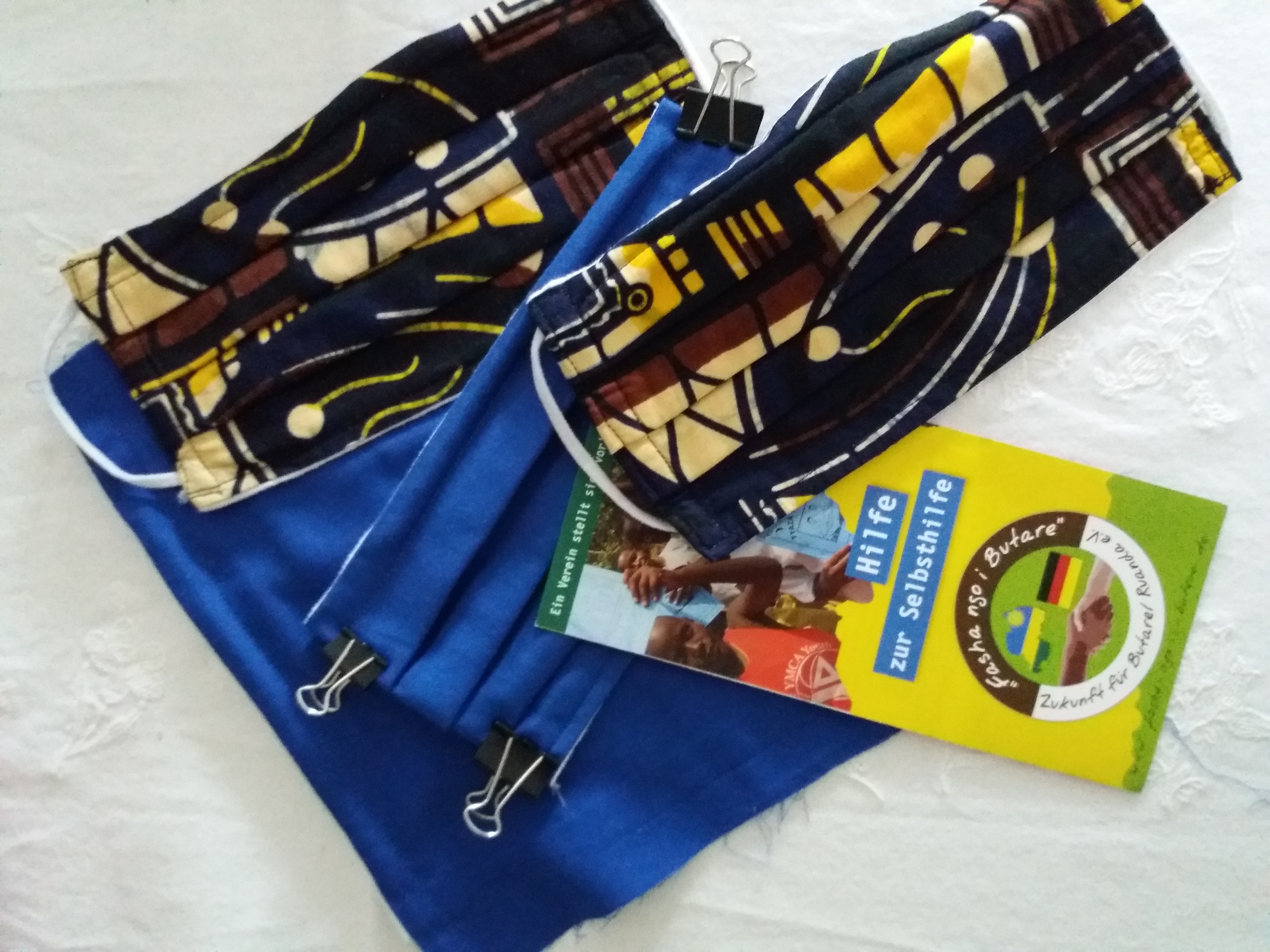 Die Alltagsmasken zugunsten bedürftiger Familien in Ruanda werden aus afrikanischen Stoffen hergestellt. Foto: Ulrike Zuda-Tietjen