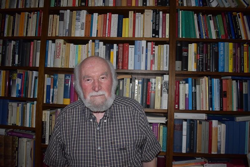 Theologe, Judaist und Israel-Kenner: Prof. Herbert Jochum in seinem Arbeitszimmer, Foto: privat