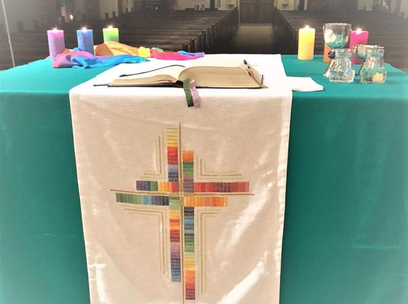 Ein Altar in Regenbogenfarben geschmückt Foto: privat