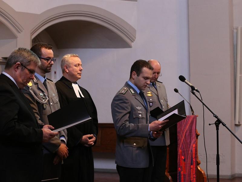 Unrath (Mitte) bei der Amtseinführung mit dem Militärbischof Sigurd Rink (links)