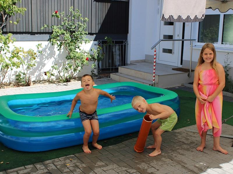 In Merzig konnten sich die Kinder auch im Planschbecken erfrischen, Fotos: evks/Eulenstein