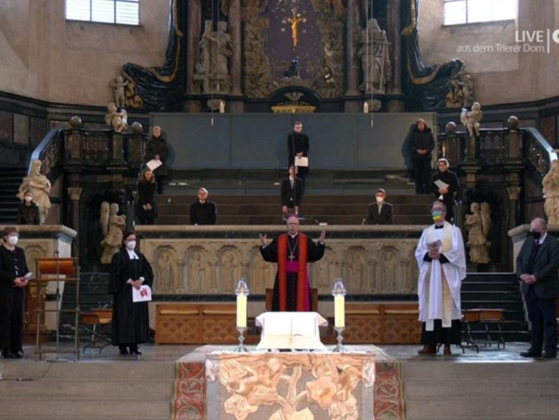 Helga Siemens-Weibring (EKiR, l.) und Superintendentin Jutta Walber (2.v.l.) mit Bischof Ackermann (M.) beim Gottesdienst / Foto: Screenshot Bistum Trier