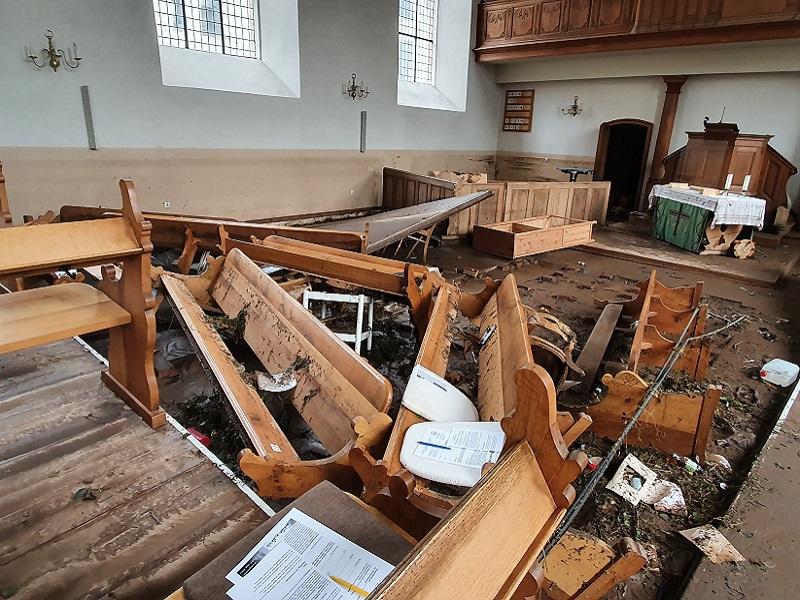 So sah es in der Schleidener Kirche kurz nach dem Hochwasser aus, Foto: EKiR/Oliver Joswig