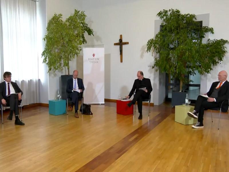 Screenshot aus dem Video:  (v. l.) Prof. Volker Leppin, Präses Dr. Thorsten Latzel, der Trierer Bischof Dr. Stephan Ackermann und Moderator Prof. Andreas Mühling.