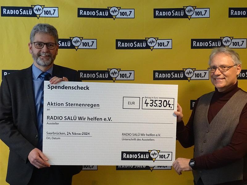 Michael Mezödi (Geschäftsführer RADIO SALÜ) und Wolfgang Glitt (Vorsitzender des Vereins RADIO SALÜ Wir helfen e.V.) bei der symbolischen Scheckübergabe, Foto: RADIO SALÜ