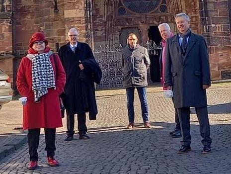Nach dem Themengottesdienst trafen sich die Mitwirkenden auf dem Marktplatz vor der Kirche (v.l.): Martina Stabel-Franz (CDA Saarbrücken), Kirchenrat Frank-Matthias Hofmann (Ev. Büro Saar), Egbert Ulr