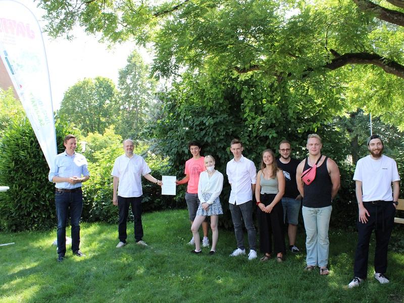 Die Jugendlichen der Jugendforen Saarpfalz erhalten den Günther-Deegener-Preis von Ministerpräsident Tobias Hans und Stefan Behr (Kinderschutzbund), Foto: evks/Eulenstein