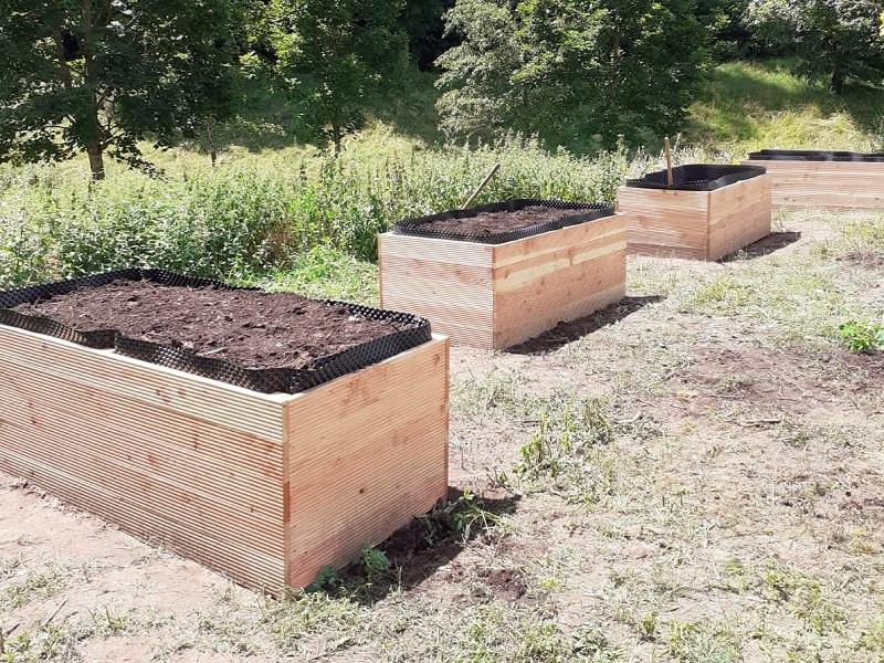 Der Kompost wanderte ans Helmholtz-Institut in die neuen Hochbeete, Fotos: Kirchengemeinde Dudweiler/Herrensohr