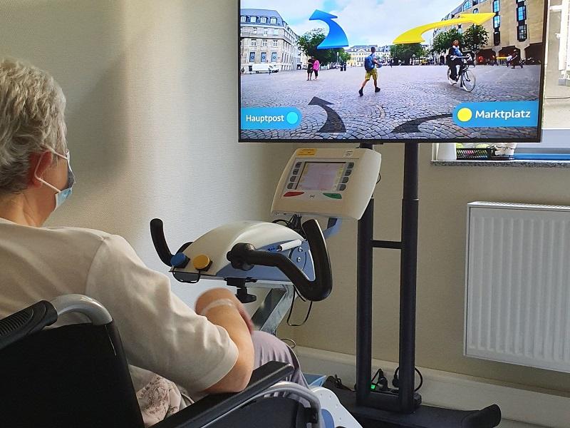 Nach links oder rechts? Die virtuellen Reisen auf dem Fahrrad in der Physikalischen Therapie sind auch interaktiv, Foto: kreuznacher diakonie