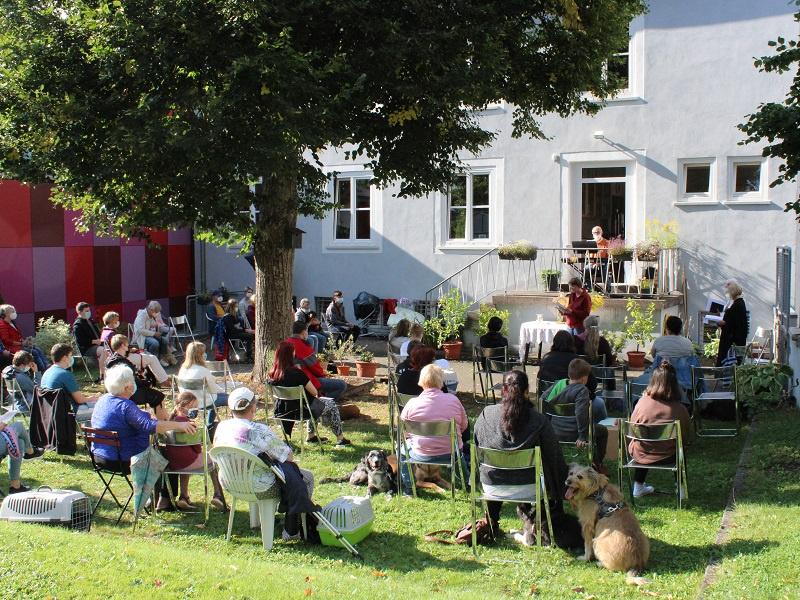 Die Gartenanlage hinter dem Evangelischen Gemeindehaus bot die idyllische Kulisse für den inzwischen traditionellen Gottesdienst