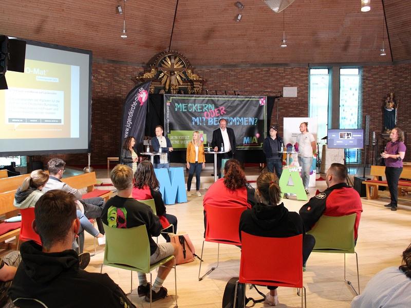 Angeregte Diskussionen in der Jugendkirche MIA: (hintere Reihe v.l.) Angelika Hießerich-Peter (FDP), Philip Hofmann (CDU), Emily Vontz (SPD), Thomas Lutze (Linke), Carsten Becker (AfD) und Jonas Morbe