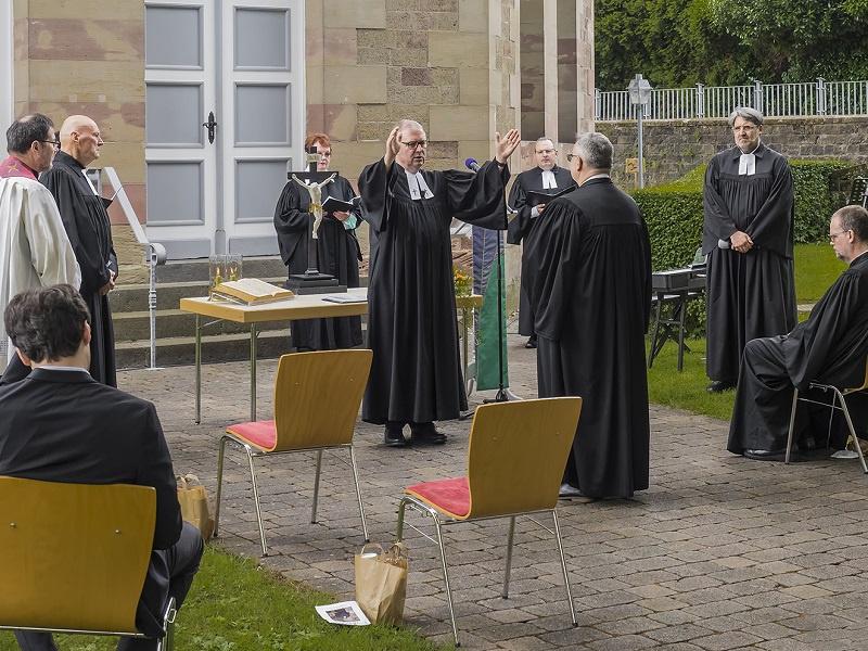 Die Ordination fand im Kirchgarten der Schinkelkirche Bischmisheim statt: Einsegnung durch Superintendent Christian Weyer