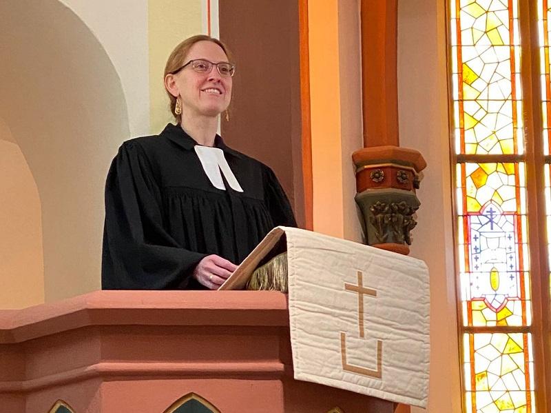 Silja Pagel auf der Kanzel der Friedenskirche Merzig, Foto: privat