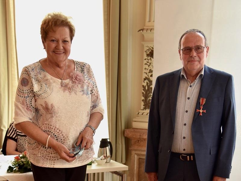 Hans Grauss (r.), Ehrenamtlicher bei der Telefonseelsorge, mit Ministerin Monika Bachmann, Foto: MSGFF/Pressestelle/NaimaGehring