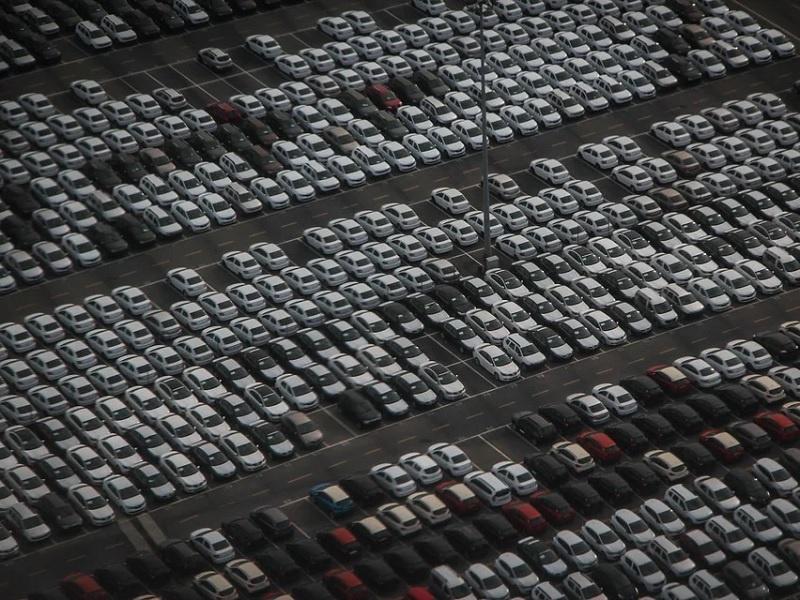 So viele Autos werden es nicht werden bei den AUtogottesdiensten, denn es gilt Mindestabstand, Foto: freie Grafik
