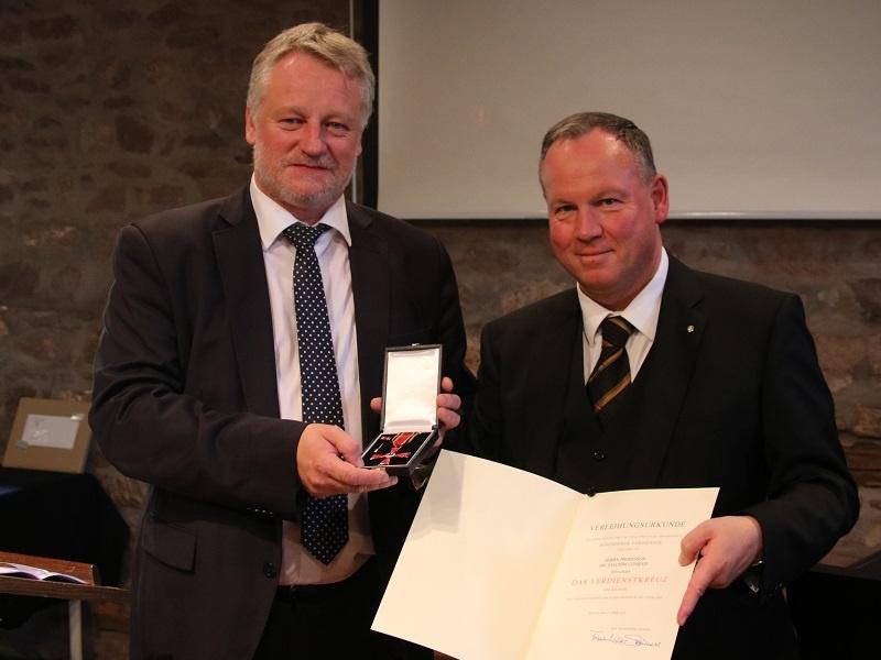 Kulturminister Ulrich Commercon verleiht das Bundesverdienstkreuz an Pfr. Prof. Dr. Joachim Conrad, Foto: Eulenstein