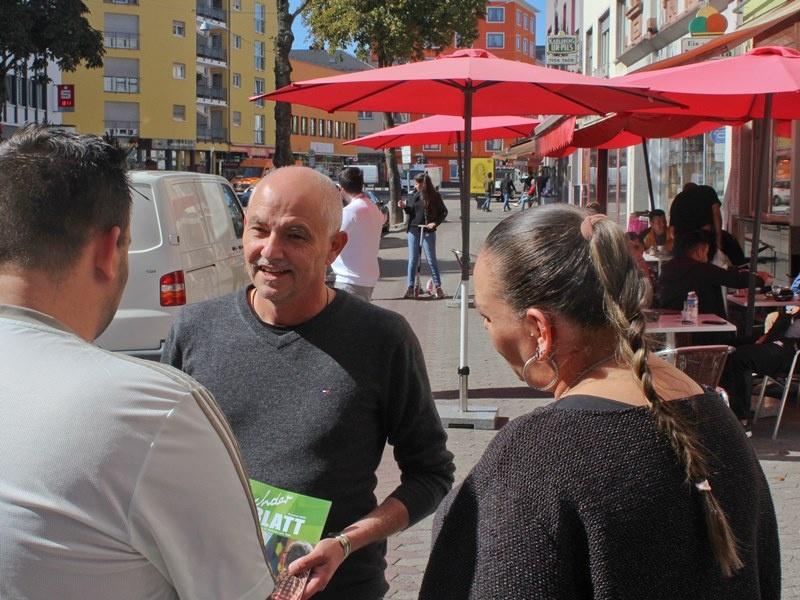 Jochen Schmidt von der GWA-Malstatt im Gespräch mit Bewohnerinnen und Bewohnern. Foto: Diakonie Saar